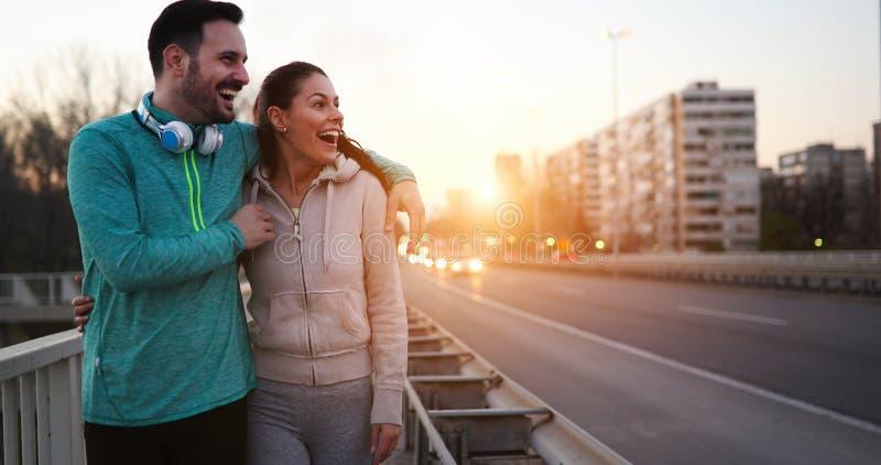 Szczęśliwa młoda sporty para dzieli romantycznych momenty fotografia stock
