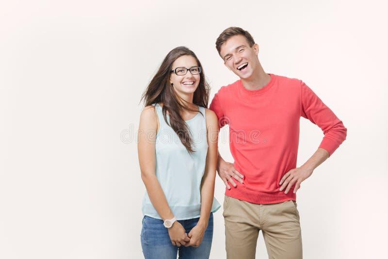 Szczęśliwa młoda urocza para stoi wpólnie i śmia się (4-5 rok) Nad biały tłem pracowniany strzał Przyjaźń, miłość i obraz stock