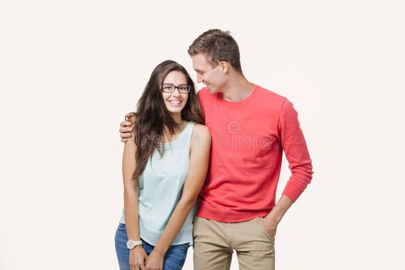 Szczęśliwa młoda urocza para stoi wpólnie i śmia się (4-5 rok) Nad biały tłem pracowniany strzał Przyjaźń, miłość i fotografia stock