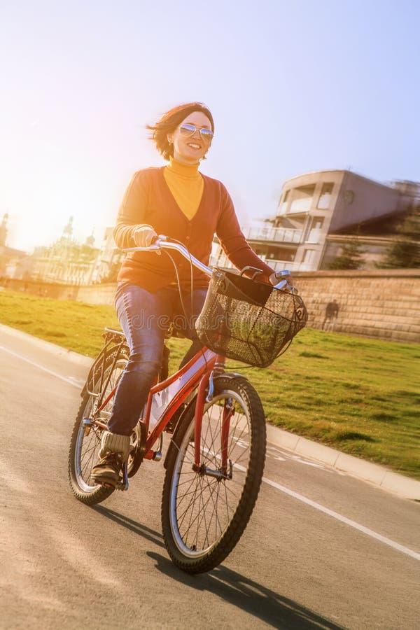 Szczęśliwa młodej kobiety przejażdżka bicyklem obraz stock