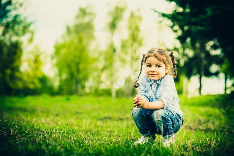 Download Szczęśliwa Mała ładna Dziewczyna Plenerowa W Parku Zdjęcie Stock - Obraz złożonej z dzieciak, dzieciaki: 53782242
