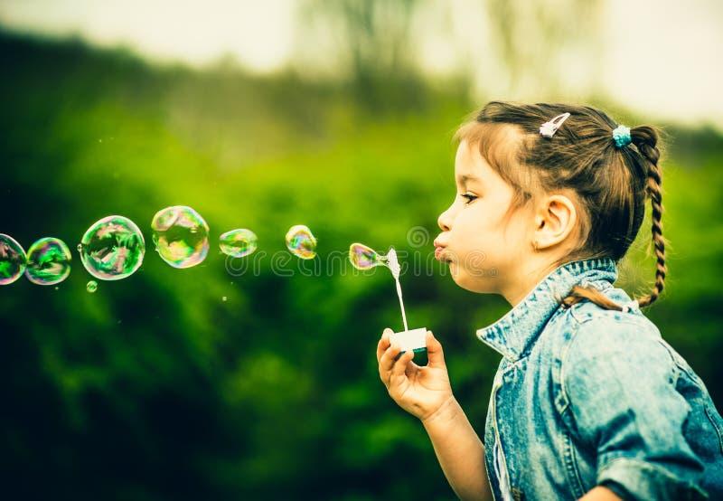 Download Szczęśliwa Mała ładna Dziewczyna Plenerowa W Parku Zdjęcie Stock - Obraz złożonej z lifestyle, greenbacks: 53782254