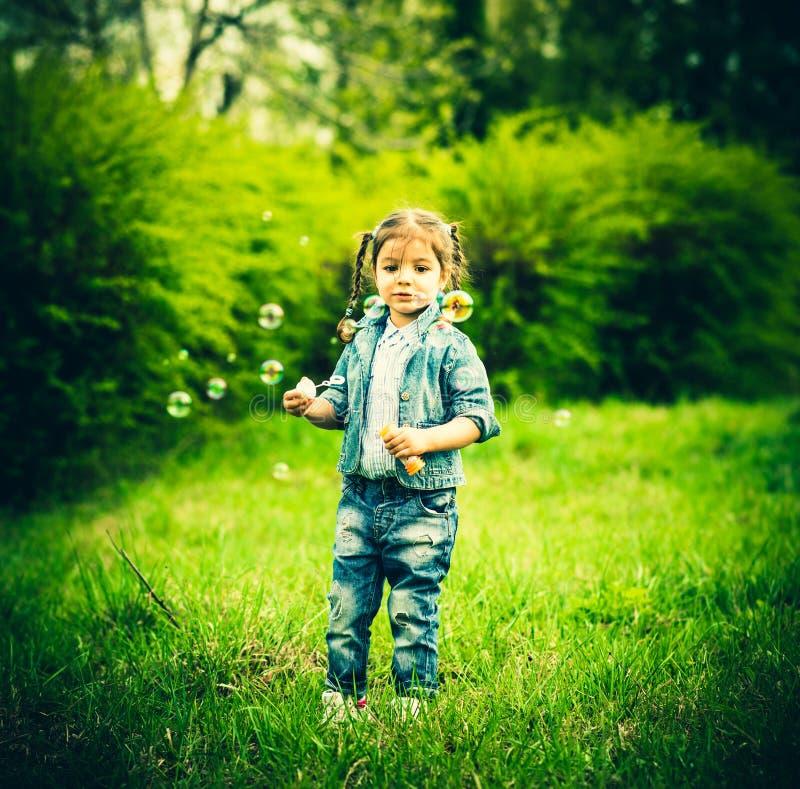 Download Szczęśliwa Mała ładna Dziewczyna Plenerowa W Parku Obraz Stock - Obraz złożonej z dziecko, zabawa: 53782267