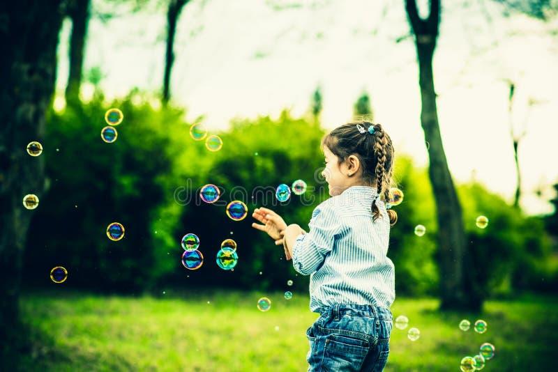 Download Szczęśliwa Mała ładna Dziewczyna Plenerowa W Parku Zdjęcie Stock - Obraz złożonej z greenbacks, rozochocony: 53782274