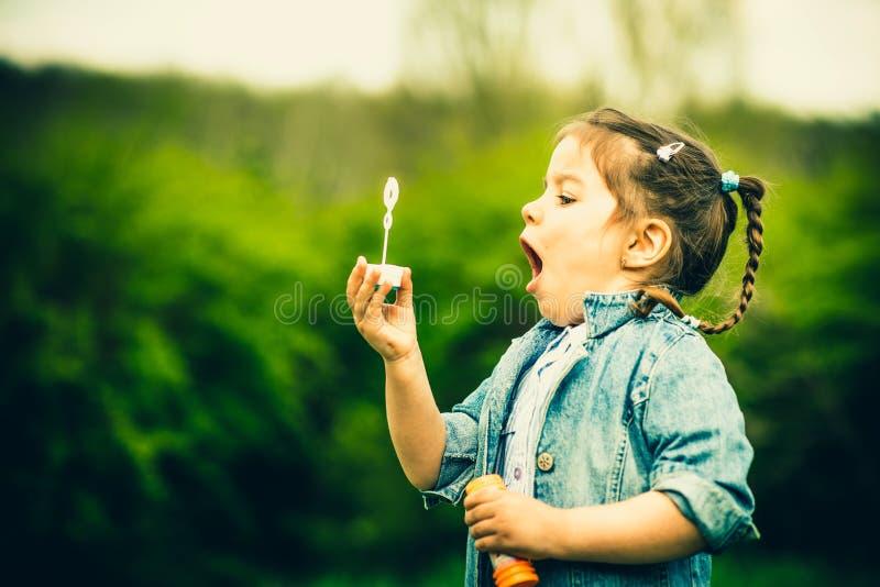 Download Szczęśliwa Mała ładna Dziewczyna Plenerowa W Parku Zdjęcie Stock - Obraz złożonej z zabawa, trawy: 53782288