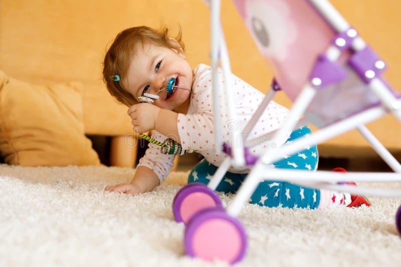 Szczęśliwa mała berbeć dziewczynka bawić się kryjówkę aport w domu - i - Dziecko ma zabawę z rodzicami lub rodzeństwami zdjęcie royalty free