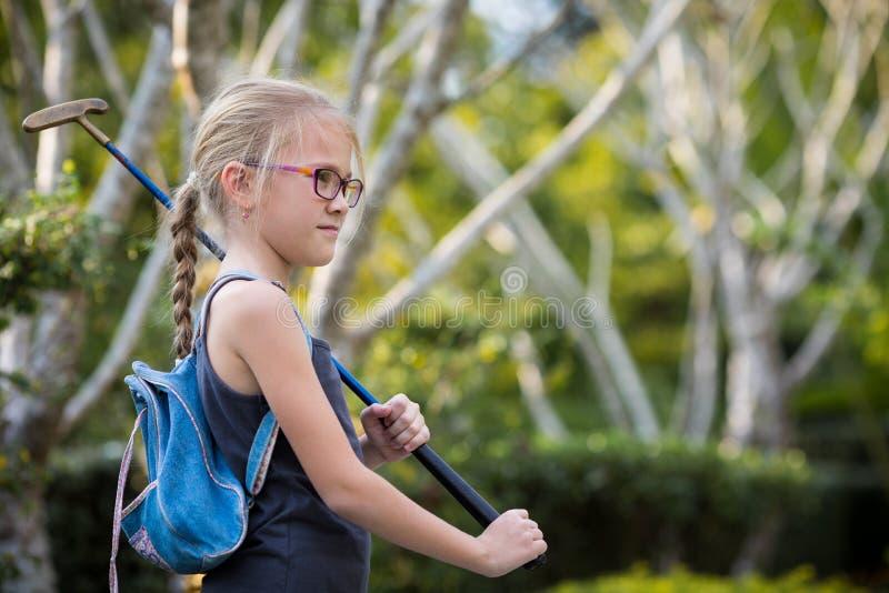 Szczęśliwa mała dziewczynka bawić się mini golfa fotografia royalty free