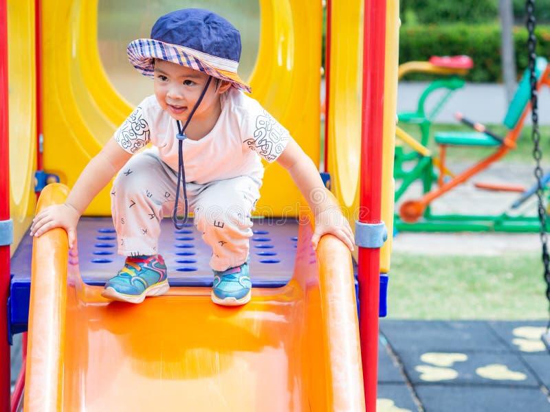 Szczęśliwa mała dziewczynka bawić się przy boiskiem Dzieci, Szczęśliwi, Fa obraz stock