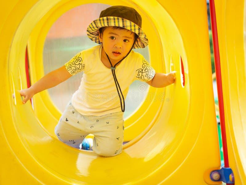 Szczęśliwa mała dziewczynka bawić się przy boiskiem Dzieci, Szczęśliwi, Fa zdjęcia stock