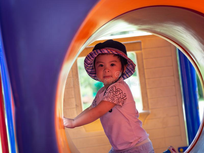 Szczęśliwa mała dziewczynka bawić się przy boiskiem Dzieci, Szczęśliwi, Fa fotografia royalty free