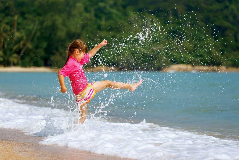 Szczęśliwa mała dziewczynka cieszy się wakacje plaży wakacje obrazy royalty free