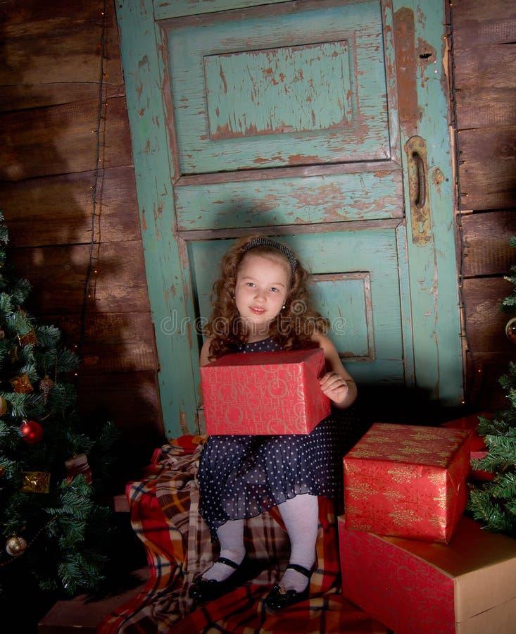 Szczęśliwa mała dziewczynka dekoruje choinki obrazy royalty free