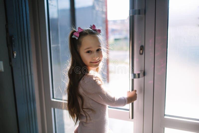 Szczęśliwa mała dziewczynka iść z dentysta kliniki obrazy stock