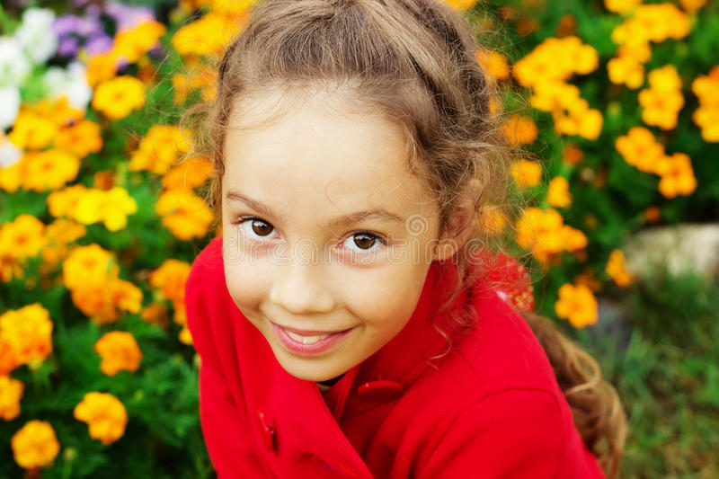 Szczęśliwa mała dziewczynka ma zabawę przy ogródem zdjęcia stock