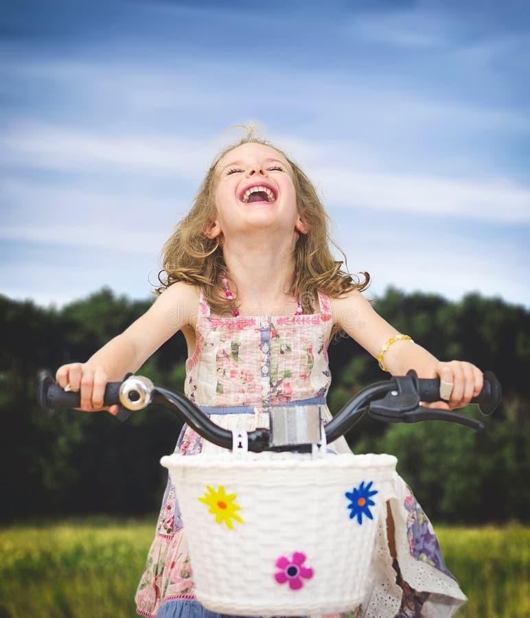 Szczęśliwa mała dziewczynka na bicyklu fotografia stock