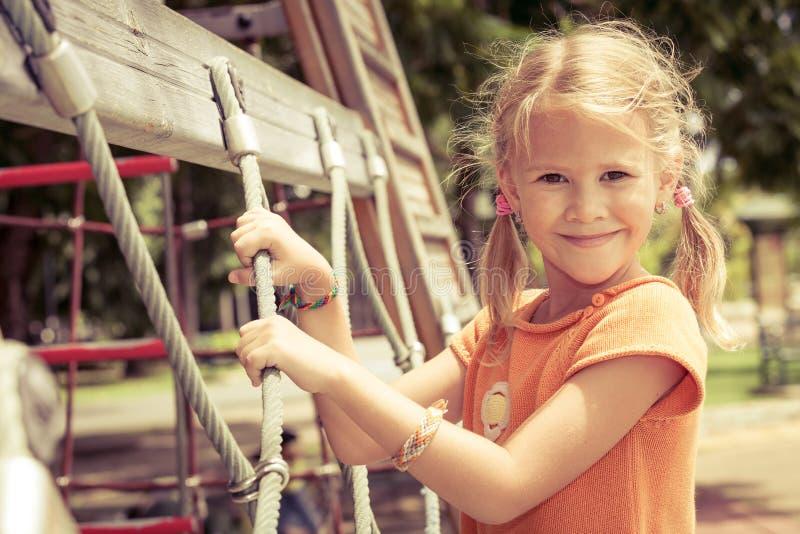 Szczęśliwa mała dziewczynka na boisku zdjęcie royalty free