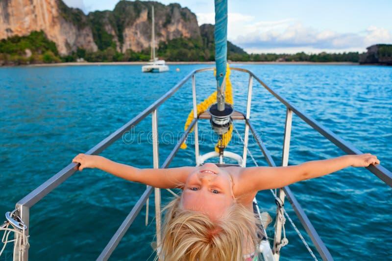 Szczęśliwa mała dziewczynka na pokładzie żeglowanie jachtu obrazy royalty free