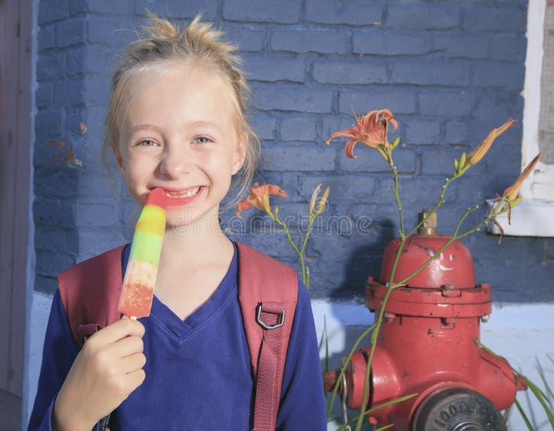 Szczęśliwa mała dziewczynka outside fotografia stock