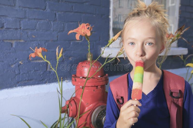 Szczęśliwa mała dziewczynka outside zdjęcie royalty free
