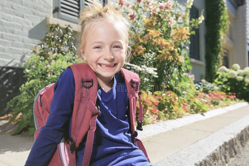 Szczęśliwa mała dziewczynka outside z plecakiem zdjęcie royalty free