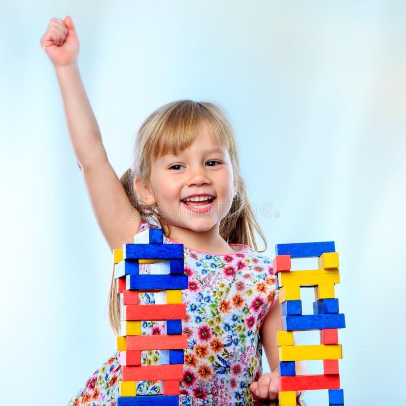 Szczęśliwa mała dziewczynka przy sztuka stołem obrazy stock