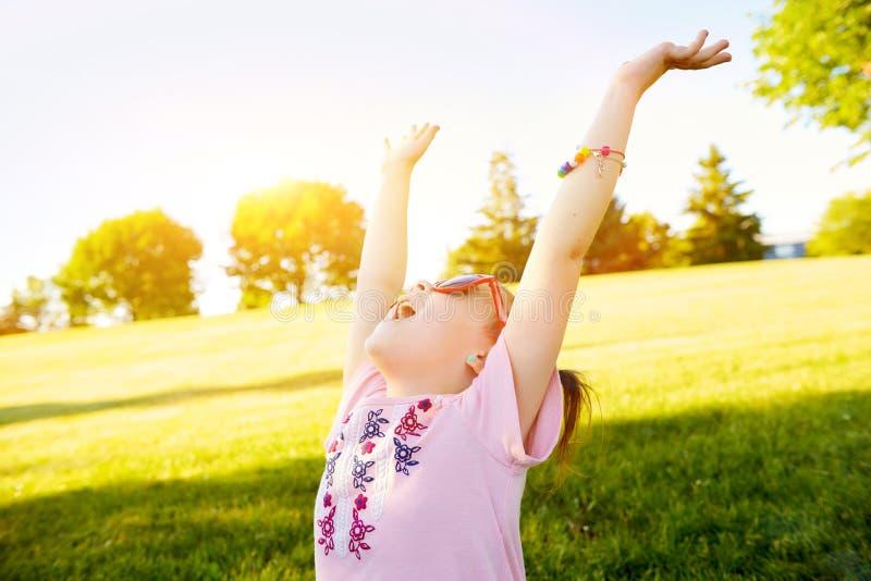 Szczęśliwa mała dziewczynka w okularach przeciwsłonecznych cieszy się lato zdjęcie royalty free