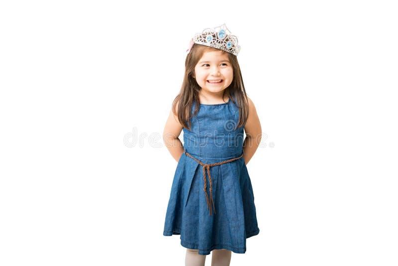 Szczęśliwa mała dziewczynka w princess sukni obrazy royalty free