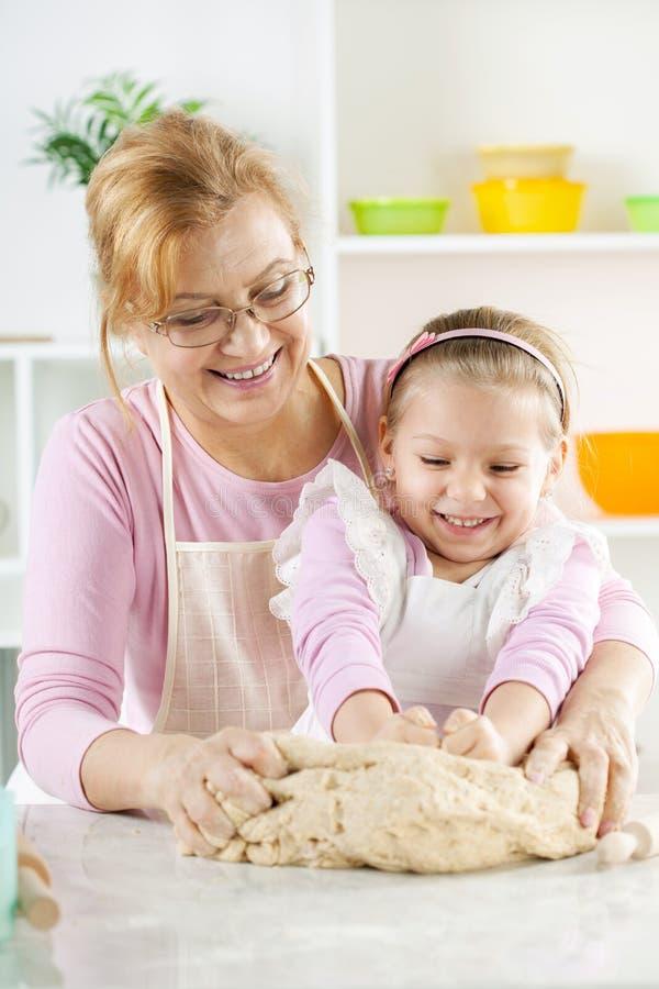 Szczęśliwa mała dziewczynka z babcią w kuchni obraz royalty free