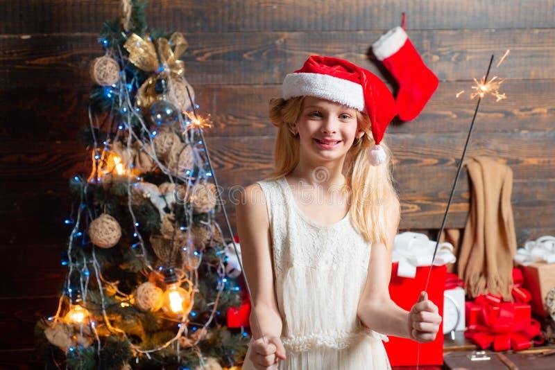 Szczęśliwa mała dziewczynka z boże narodzenie prezenta pudełkiem Rozochocona śliczna mała dziewczynka otwiera Bożenarodzeniową te zdjęcie royalty free