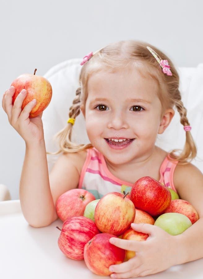 Szczęśliwa mała dziewczynka z jabłkiem zdjęcie royalty free