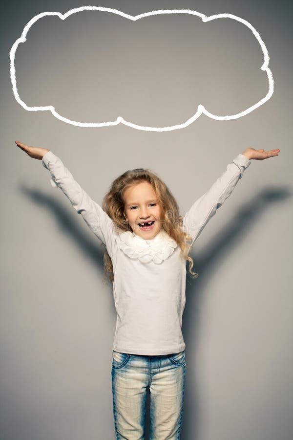 Szczęśliwa mała dziewczynka z ona up ręki zdjęcie royalty free