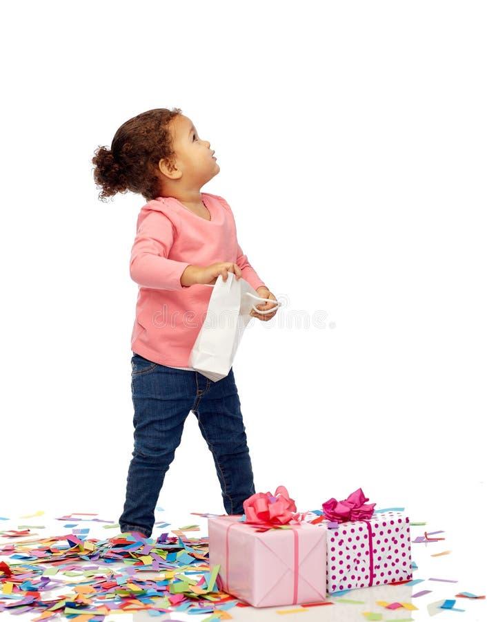 Szczęśliwa mała dziewczynka z urodzinowymi peresents fotografia stock