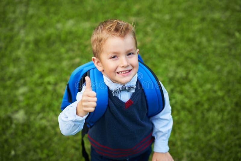 Szczęśliwa mała preschool dzieciak chłopiec z plecakiem pozuje outdoors obrazy stock