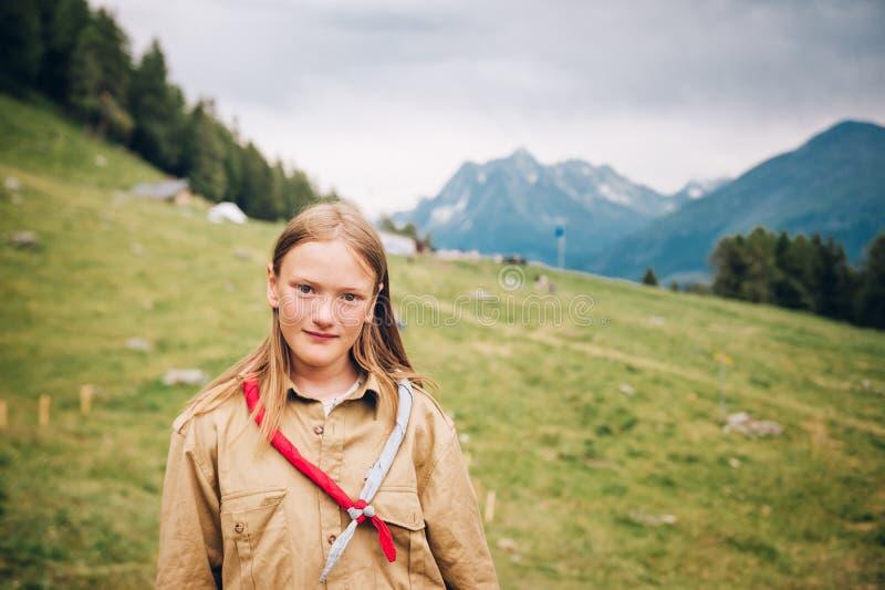 Szczęśliwa mała skautowska dziewczyna cieszy się obóz letniego zdjęcie stock