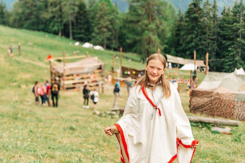 Szczęśliwa mała skautowska dziewczyna cieszy się obóz letniego zdjęcia stock
