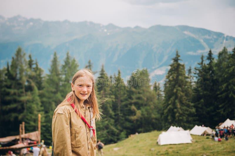 Szczęśliwa mała skautowska dziewczyna cieszy się obóz letniego obrazy stock
