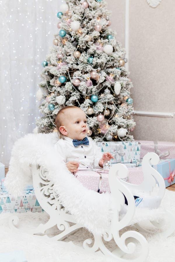 Szczęśliwa mała uśmiechnięta dziewczyna z boże narodzenie prezenta pudełkiem fotografia royalty free