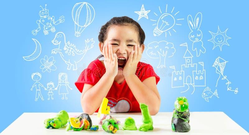 Szczęśliwa małej dziewczynki zabawa dla tworzy główkowanie zdjęcia stock