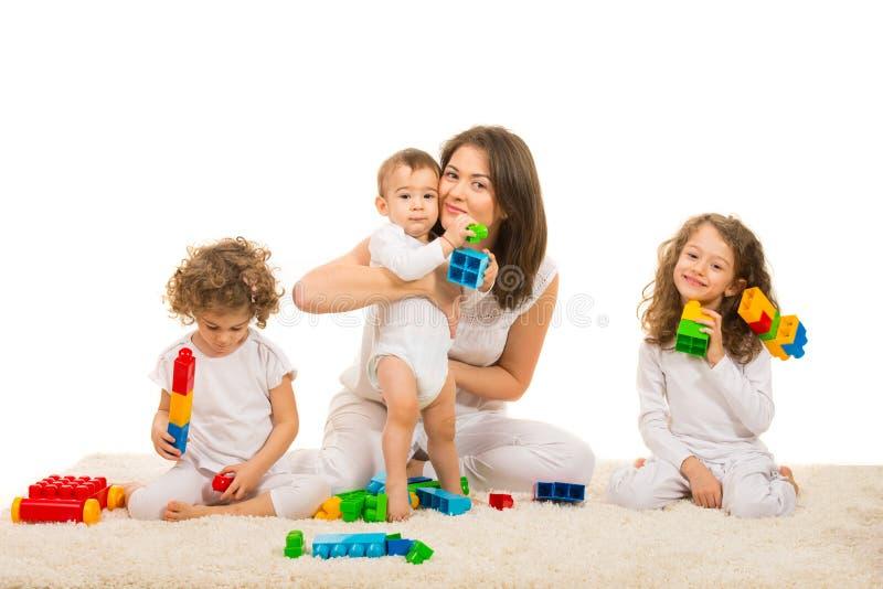 Szczęśliwa mama i dzieciaki stwarzamy ognisko domowe obrazy royalty free