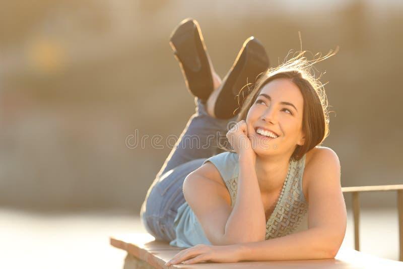 Szczęśliwa marzycielka marzy patrzejący stronę obrazy stock