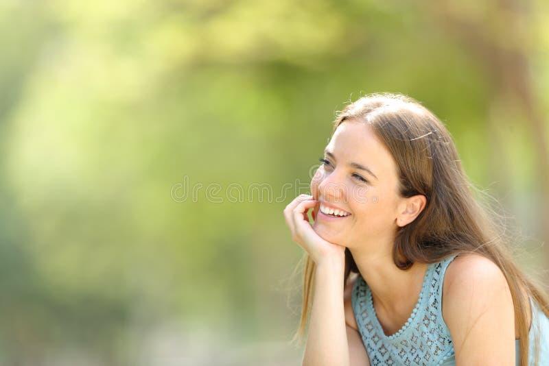 Szczęśliwa marzycielka marzy w parku z zielonym tłem obraz royalty free