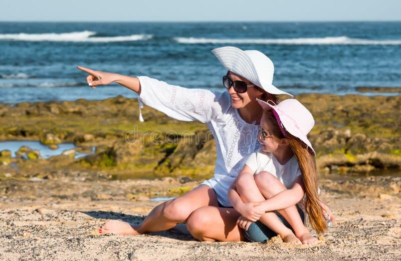 Download Szczęśliwa matka córkę zdjęcie stock. Obraz złożonej z zabawa - 53792200