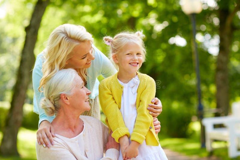 Szczęśliwa matka, córka i babcia przy parkiem, zdjęcie royalty free