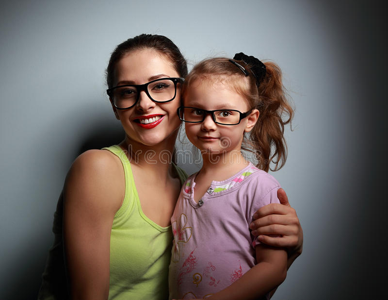 Szczęśliwa matka i śliczna dziewczyna w modzie czernimy szkła fotografia stock