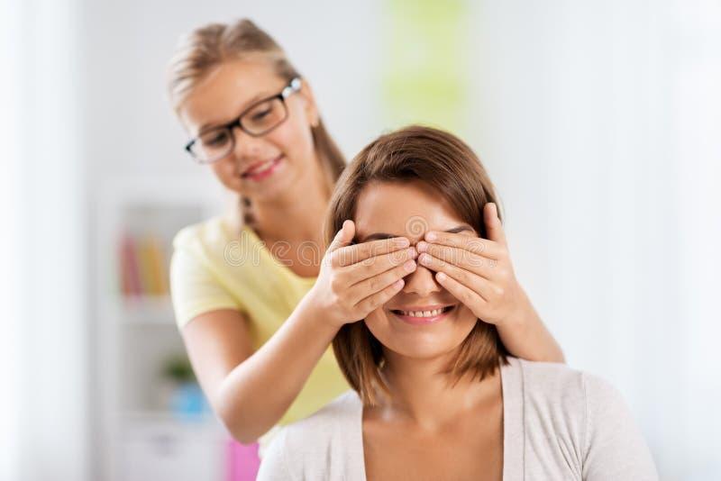 Szczęśliwa matka i córka bawić się domysł który gra zdjęcia royalty free