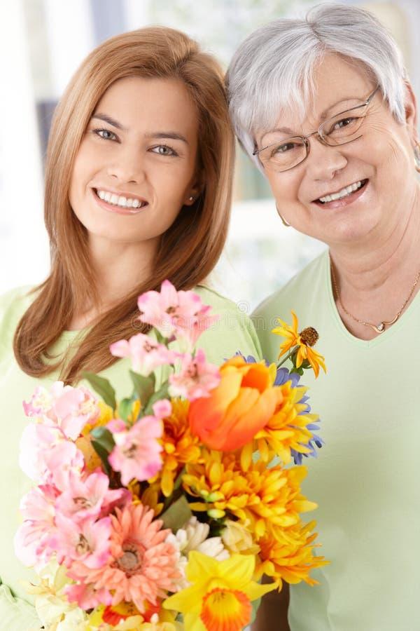 Szczęśliwa matka i córka przy matka dniem zdjęcie stock