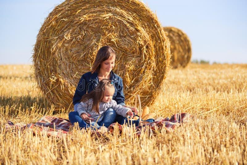 Szczęśliwa matka i dwa roczniaka dziewczyna w zbierającym polu obrazy royalty free
