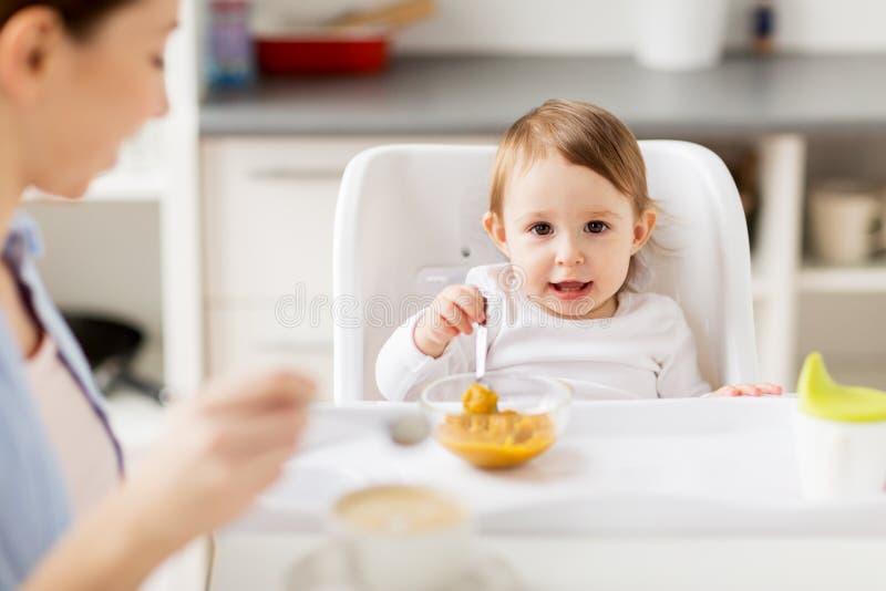 Szczęśliwa matka i dziecko ma śniadanie w domu zdjęcia stock