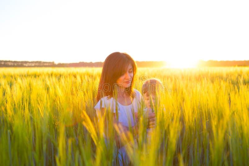Szczęśliwa matka i jej mały syn w polu fotografia stock