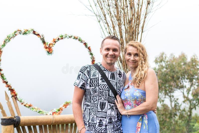 Szczęśliwa matka i jej syn outdoors na Bali wyspie, Indonezja Rodzina w podróży fotografia royalty free